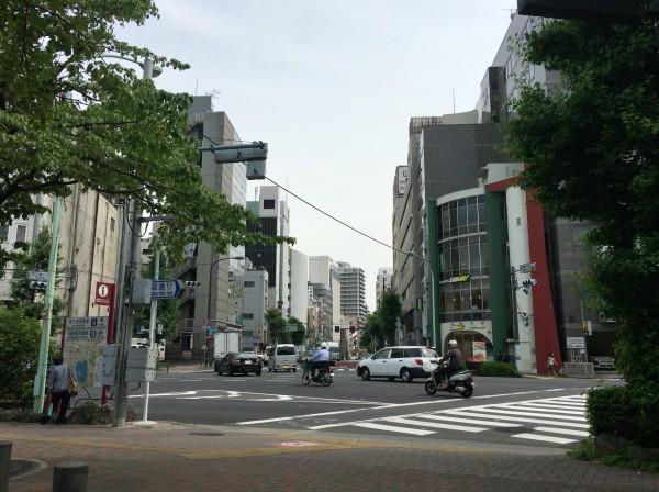 湯島駅1番出口を降りて左手にある交差点